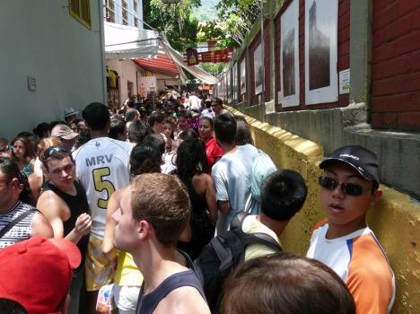 Menschenschlange vor der Zahnradbahn am Corcovado: Wartezeiten wie vor der Achterbahn