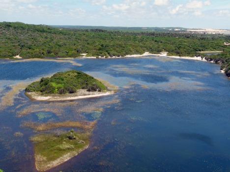 Herrlicher Blick auf einen geschützten See im Dünenpark von Natal