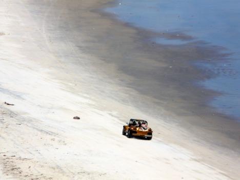 Einsamer Buggy am noch einsameren Strand