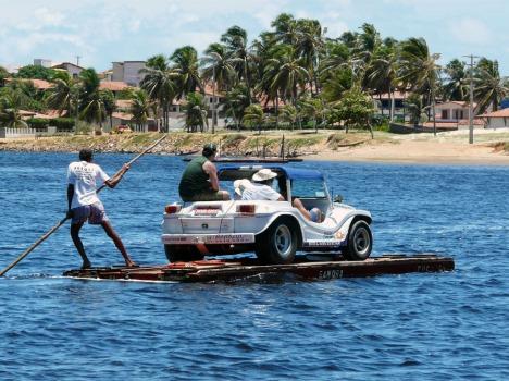 Der Motor bleibt aus: Originelle Art, Mensch und Maschine ans andere Ufer zu befördern