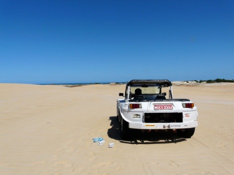 Unser Buggy im Wüstenpark. Ohne Schlappen hielten wir es auf dem Wüstensand übrigens nicht lange aus...