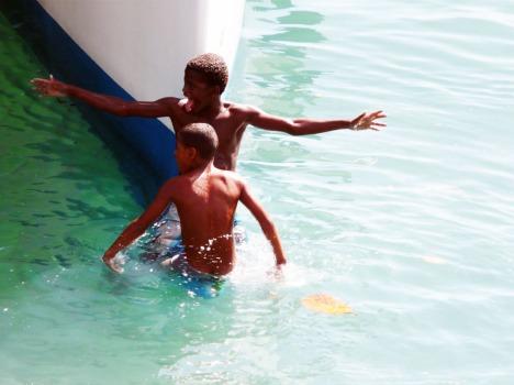 Spielen mit/auf Schiffen: Beliebte Tätigkeit für brasilianische Kinder in Salvadors Hafen