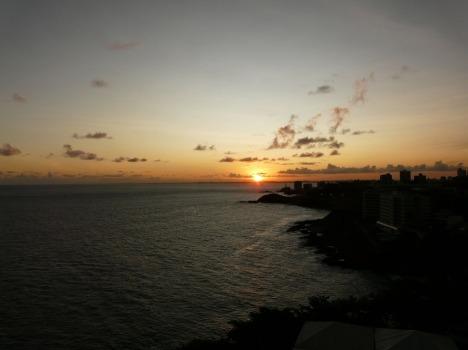 Sonnenuntergang über der Bucht der Avenida Océanica
